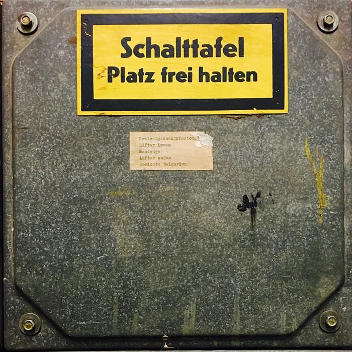 ポツダムにあるヴィンテージショップ〈ルクスエスト〉の壁に取り付けてあった、重厚すぎる配電盤パネル。年季の入った鋼鉄の質感、ところどころに見られる塗料、黄色と黒の警告色によるラベルがまたドイツ。