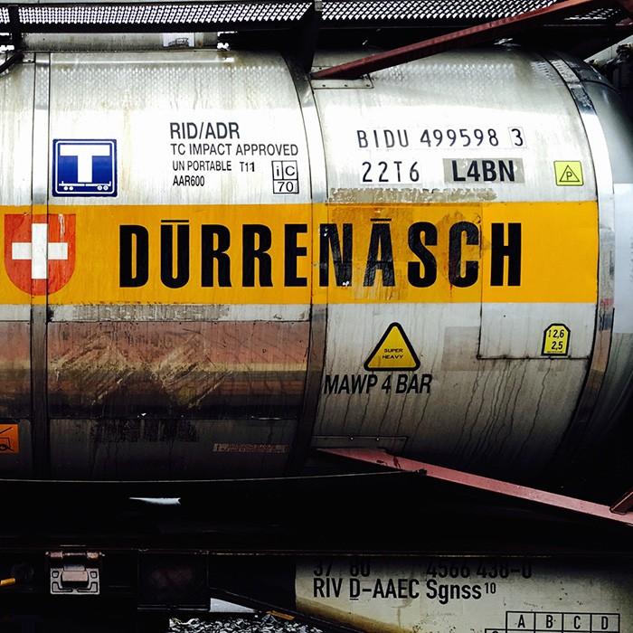 オランダとの国境沿いにあるニーダーザクセン州のバード・ベントハイム駅に到着した貨物列車。スイスのデュレネッシュという都市からやって来たタンクだと思われるが、この重厚感はいたってドイツ的。