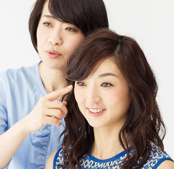 「ここのシミ、確かに薄くなりましたね」(遠藤さん)、「でしょう? うれしいです」(岩崎さん)