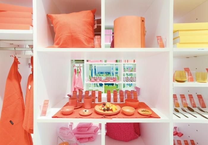 左の棚にはキッチンアイテムやインテリア雑貨、右の棚には文具などがお待ちかね。