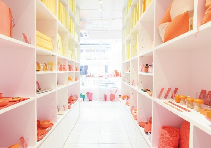 図書館をイメージしたという店内。奥からオレンジ、ピンク、グリーン、ブルーの順に棚が並ぶ。