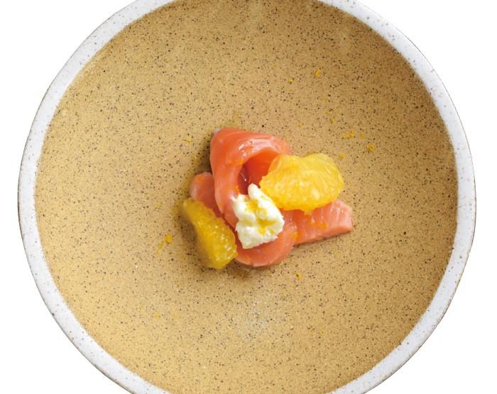 サーモン、はっさく(5800円のコースの一例)。ミキュイしたサーモンと柑橘のさわやかな風味を楽しんで。仔羊のクスクスや、せせらぎポークのクラフトビール煮込みなど、オリジナリティが光るアラカルトも用意している。
