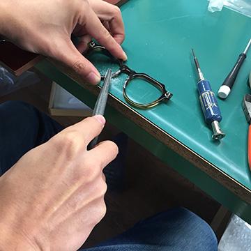 メガネをカスタマイズする雨田さん。生地の切り出し以外はすべて1人で行う。