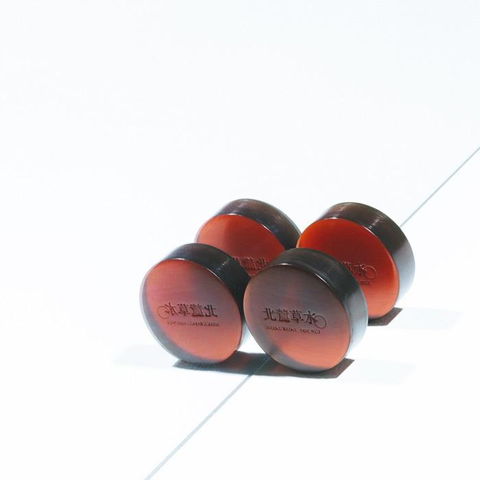 老舗の石けんメーカーである〈松山油脂〉の自社ブランド〈北麓草水〉から、「ウオッシングソープ」90g ¥1,600(北麓草水 ☎︎0120-686-336)