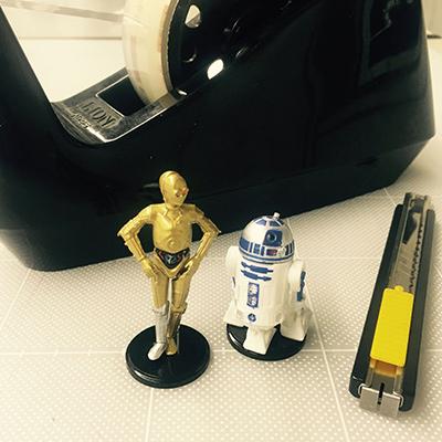 編集作業は、机上のこの2体と一緒でした。そういえば今回、『スターウォーズ』は新旧作とも一度も出てこない特集に……。ちょっと意外(?)。