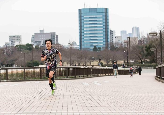 さわやかに駆ける岩本さん。この好青年姿からは鬼っぷりは想像できません。