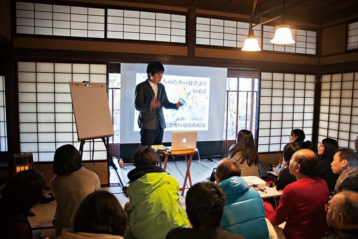 講演する森田真生さん。聴衆と距離が近く対話しやすい。築97年の邸宅にて。