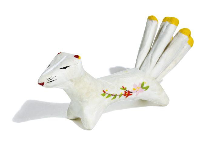 約35年前から諸国郷土民芸館にて販売され、那須名物となっていた九尾の狐の張り子。胴模様には地元の名物である花のリンドウとツツジが左右の側面に。1,300円(☎0287・76・3366)。