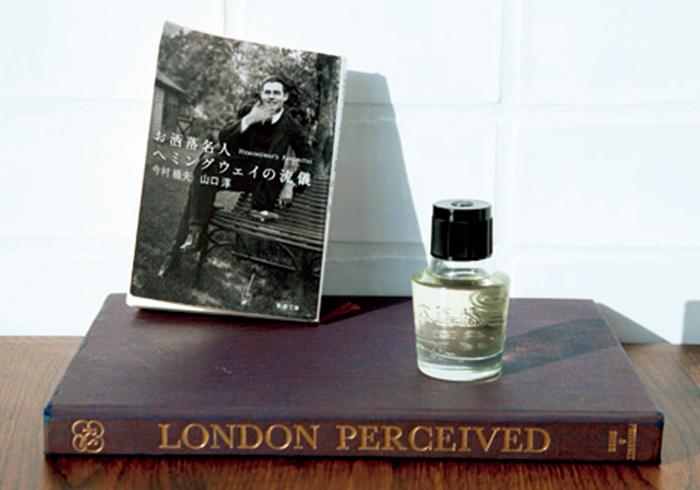 〈大島椿〉の椿油の潔いデザインは最高と語る。文庫本『お洒落名人ヘミングウェイの流儀』は、彼が共通するセンスを感じる品。