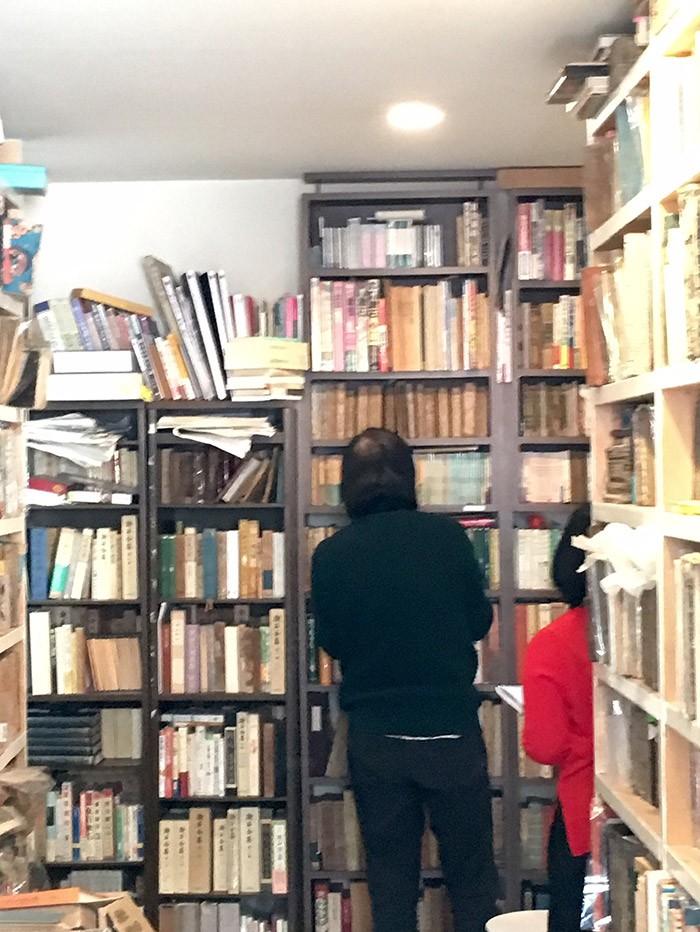 夏目漱石本の収集で有名な祖父江さん。本棚三竿が漱石関連の本で埋め尽くされていました。テーマが一つのときの細かな収納ルール、本当におもしろいです。