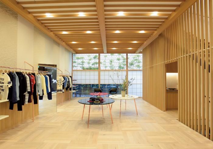 木をふんだんに使用した店内。中央にはフランス国旗の3色で構成された漆塗りのテーブルが鎮座。店の奥には竹庭が。