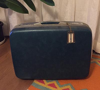 個人的な誠実なもの。私が小学生の頃から母が使っていたスーツケース。もはや旅行に連れて行くわけでもないけれど、見えるところにあるだけでほっとする。