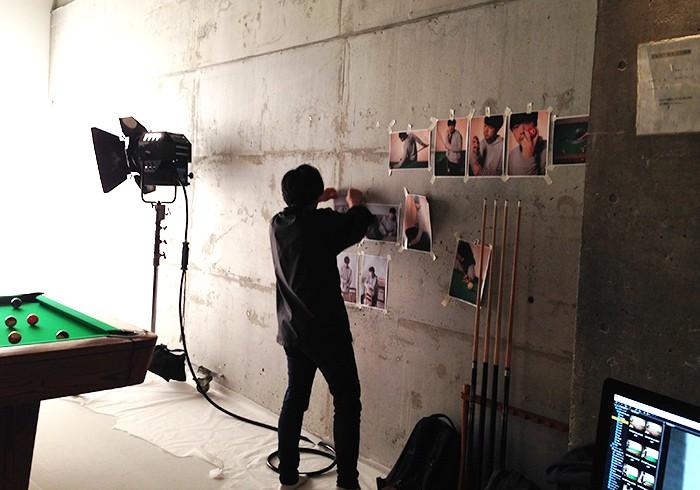ビリヤード台の横の壁には、カメラマンのアシスタントさんがモデルになって予め撮影しておいたカットがペタペタと。