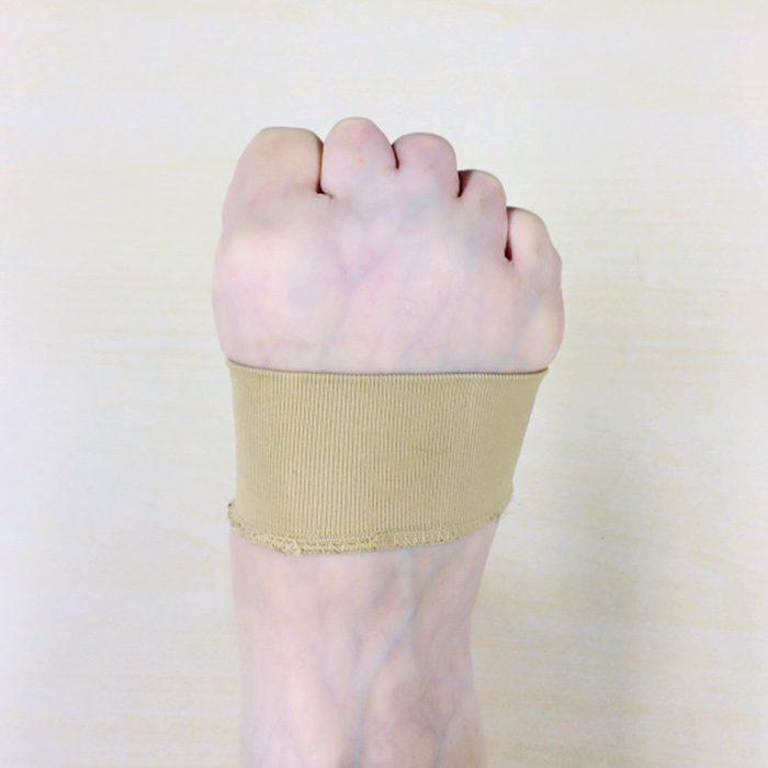 """お見苦しいですが、「割とよく""""握れてる""""」と先生方に褒められた、私の足。足指は訓練すると確実に握れるようになります。ポイントは第二関節から曲げるように意識すること。ベージュのバンドは、足裏アーチを支えるサポーター。これを付けると脚が疲れません。不思議!"""