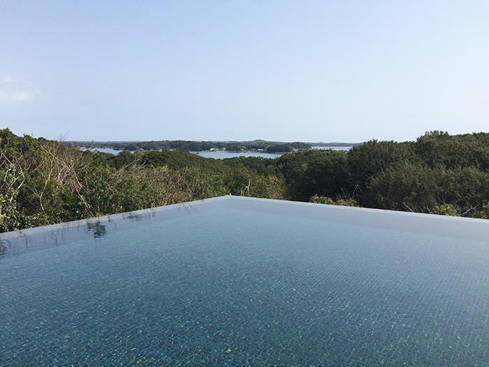 アマネムのロングプール。プールが水平線と溶け合う、おなじみのインフィニティーエッジが美しい。