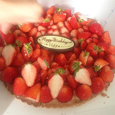 中級編撮影の日、その数日後が誕生日だった飯島さんのために、メイクの津田雅世さんがケーキを用意してくれましたー!!