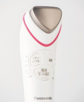 導入美容器 イオンエフェクター(温感タイプ)EH-ST63 オープン価格(5月発売予定) 問パナソニックお客様ご相談センター フリーダイヤル0120・878・365 panasonic.jp コードレスの充電式。