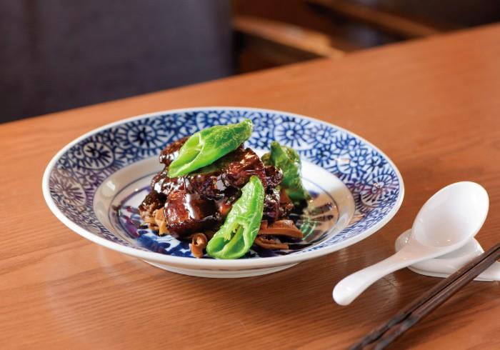 張家の紅焼肉 干し筍の田舎風煮込み添え2200円。甘辛に煮込んだ江南地方のソウルフード。