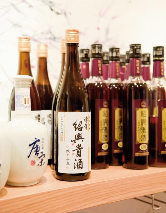 紹興酒はボトルで3200円~。