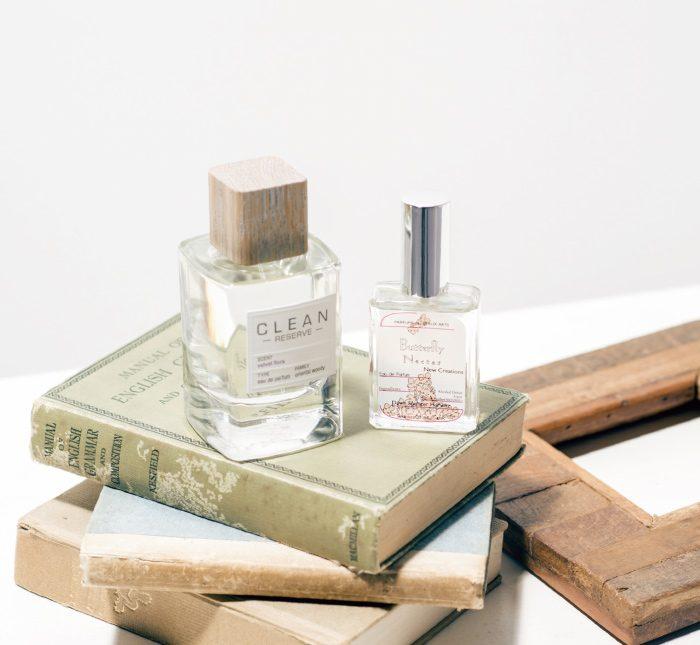 左・バラ、ピオニー、ジャスミンなどの香りで、色香と洗練が調和。クリーン リザーブ ブロンドローズ オードパルファム 100㎖ 1万3500円(フィッツコーポレーション ☎03・6892・1332) 右・蝶が花の蜜を吸う様子からインスパイア。女性の多面的な美しさを表現。ダウンパフューム オードパルファム バタフライ・ネクター 30㎖ 9500円(デュード ☎03・5458・3085)