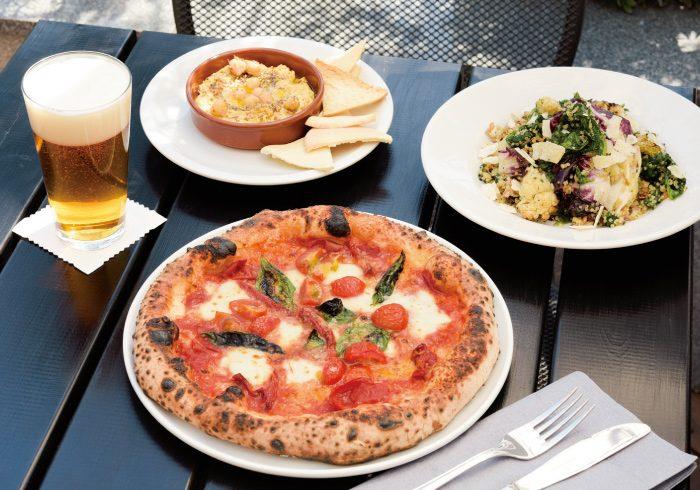 旬の具材をのせたピザを中心に、新鮮な野菜をたっぷり使ったメニューが豊富。ポモドーロ1400円、ヒヨコ豆のフムス700円、ケール、キヌア、スペルト小麦、焼いたカリフラワー、パルミジャーノのサラダ1600円。