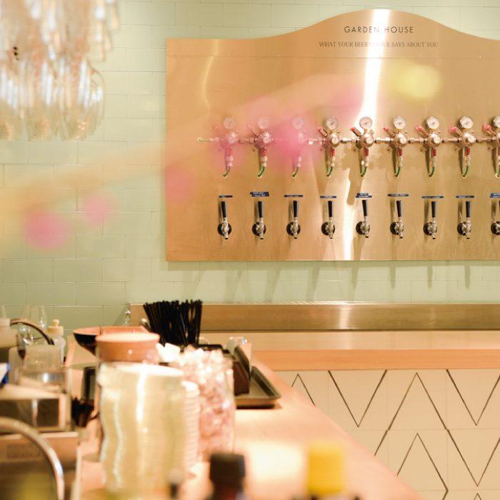 店自慢のクラフトビールは常時10種類以上を用意。