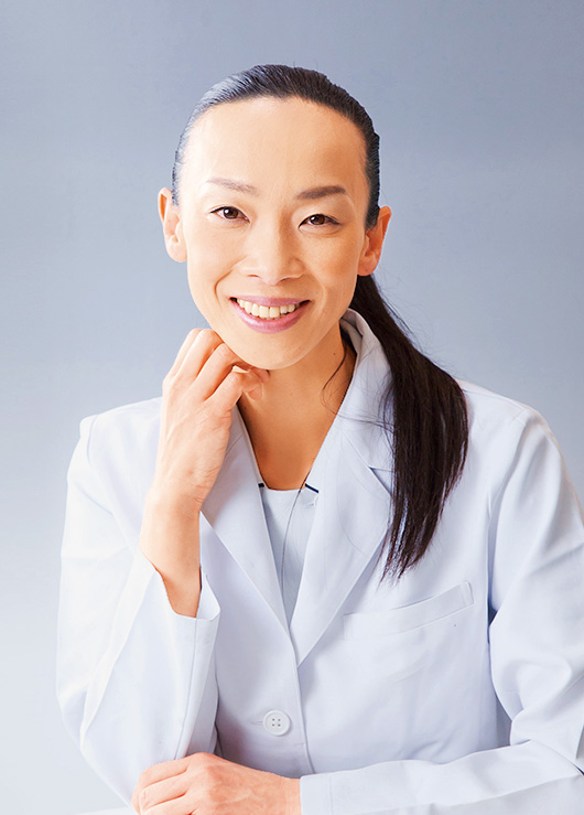 日本産科婦人科学会専門医。医学博士。専門は、子宮内膜症、子宮腺筋症、更年期、ホルモン治療。二児の母でもある。