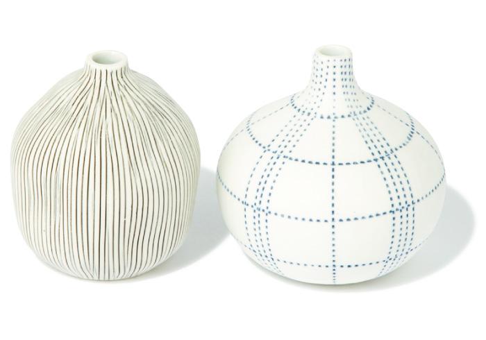 花瓶 左・H8㎝、右・H8.5㎝各¥2,200(everyday by collex渋谷シンクス店/アバハウスインターナショナル☎03・6434・1645)