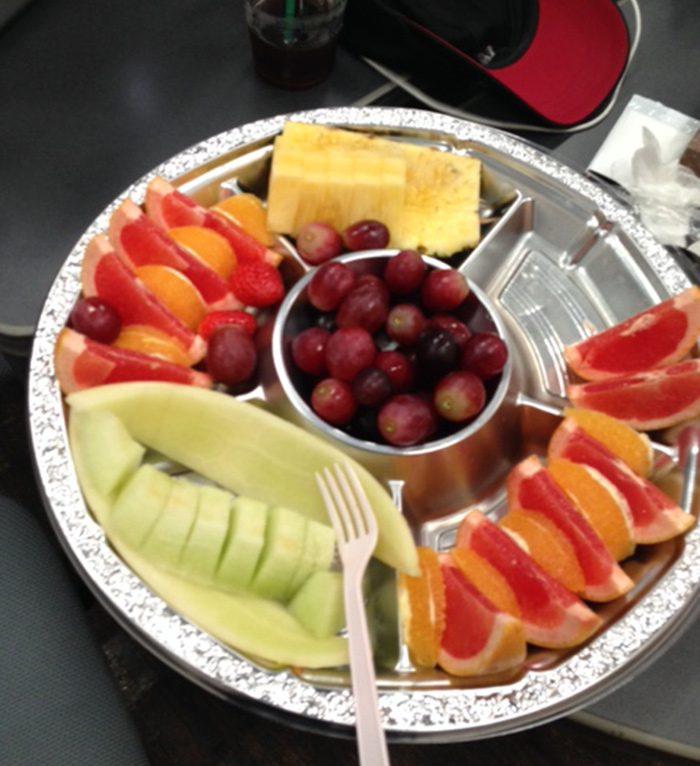 これが、テミンさんが抱えていたフルーツの大皿、途中経過です。メロンがだいぶなくなっています。