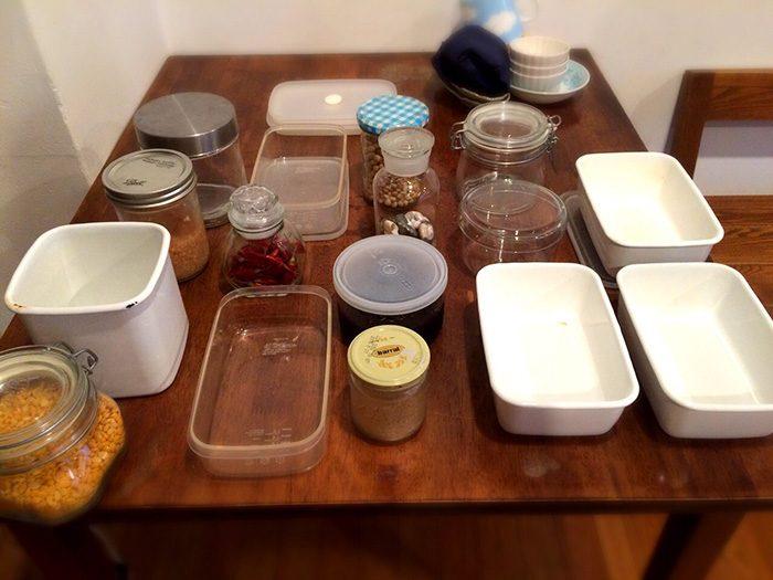 撮影準備、まずは器選びから。冷蔵庫の中を1週間を彩るもの…と思うと、作りおき保存用にお気に入りの容器が欲しくなりますね。