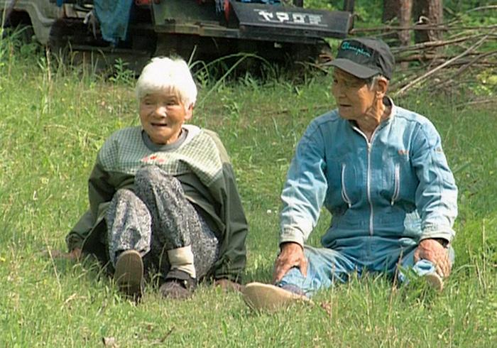 農作業の合間にくつろぐ寅夫さんとフサコさん。戦後、苦労して切り拓いた畑が誇りだった。