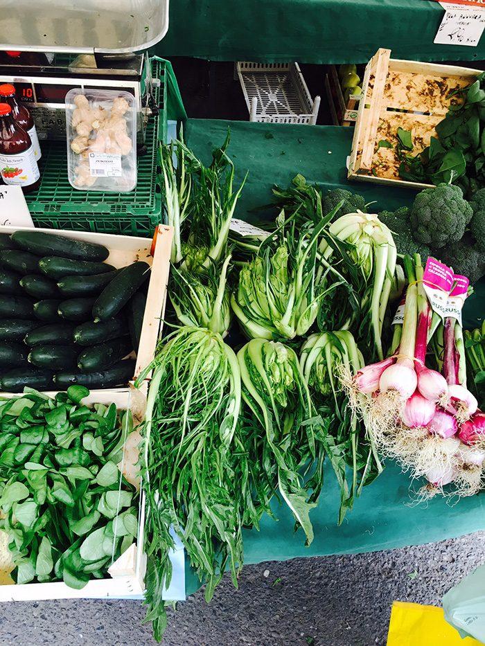 ※2 真ん中の筋肉質(!?)な野菜が今回Casa BRUTUS編集部が注目したポスト・ケール野菜。栄養素、食べ方、味などはぜひ本誌で!