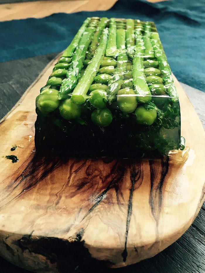 ※3 野村友里さんは、連載ページ〈春夏秋冬 おいしい手帖〉で野菜会席を作ってくれました。写真はその中の一品、野菜のテリーヌの試作品。美しい…。