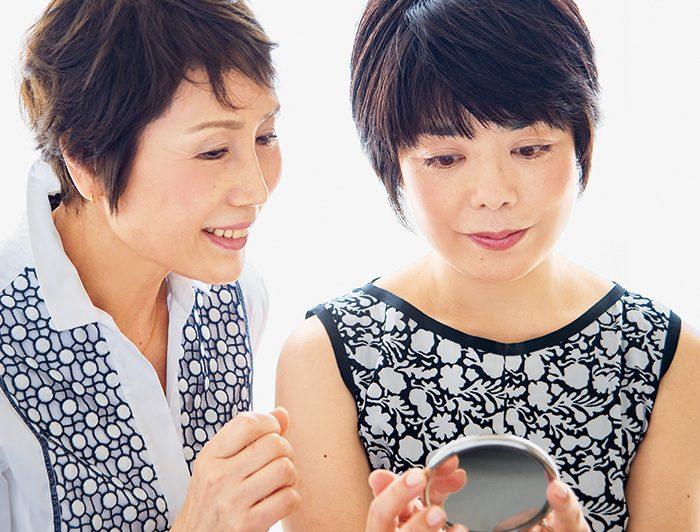 長網さん愛用の7倍拡大鏡で肌をチェック。「昔のシミの面影、ないです」(俵さん)