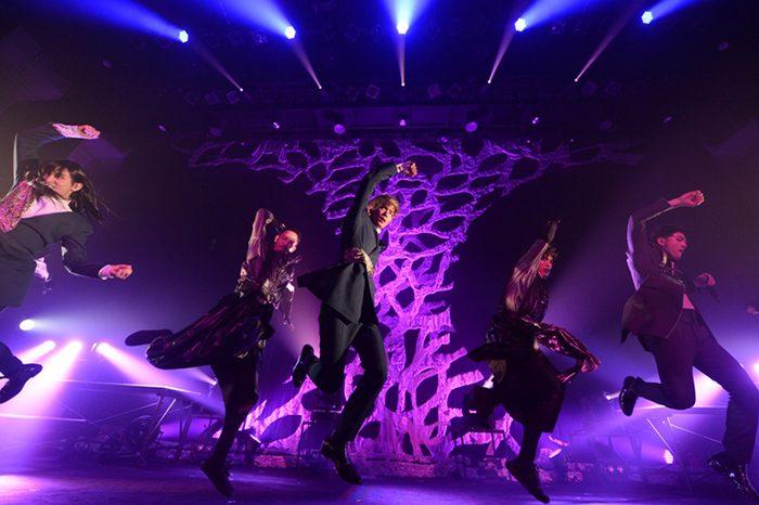 激しい振り付けがポイントの『Action』。バックダンサーと共に躍動感のあるパフォーマンスを披露。
