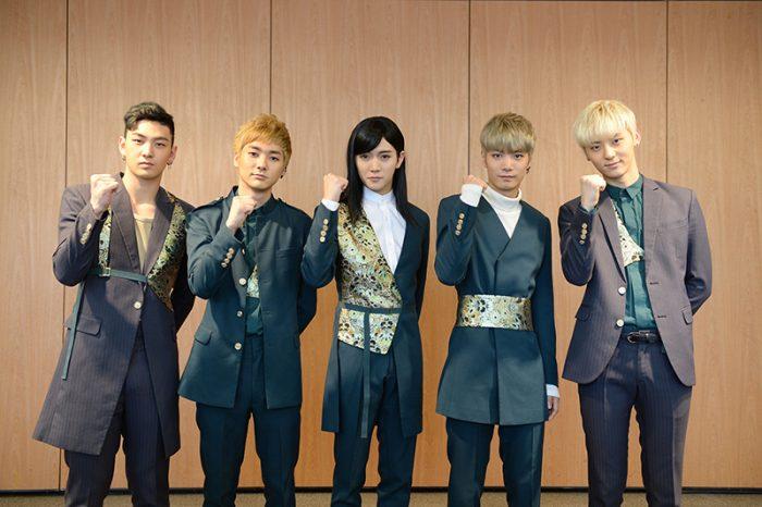 5月3日の公演前には、マスコミ向けの囲み取材を開催。舞台ではカリスマ感いっぱいだが、オフステージではデビュー当時と変わらぬ素直で謙虚な人柄の5人。そんなところも彼らの魅力!