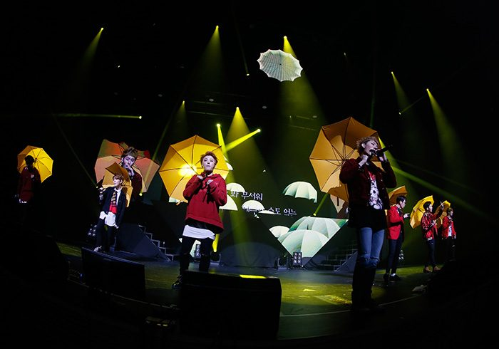 パクキョンがプロデュースした『Walkin' In the Rain』では、黄色の傘を使い、キュートにパフォーマンス。