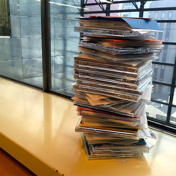 たった半年の担当期間で、これだけのサンプルCDが溜まりました。
