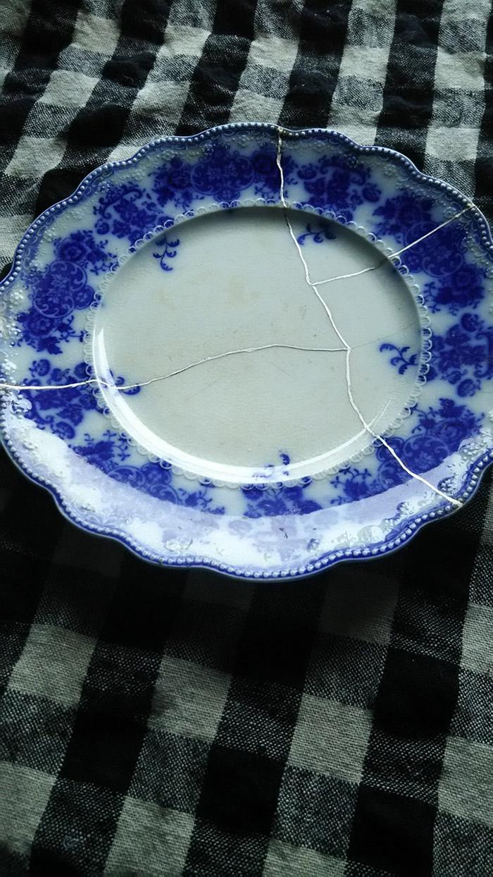 お気に入りの食器を割ってしまったときはショックでしたが…。ご覧のとおり。
