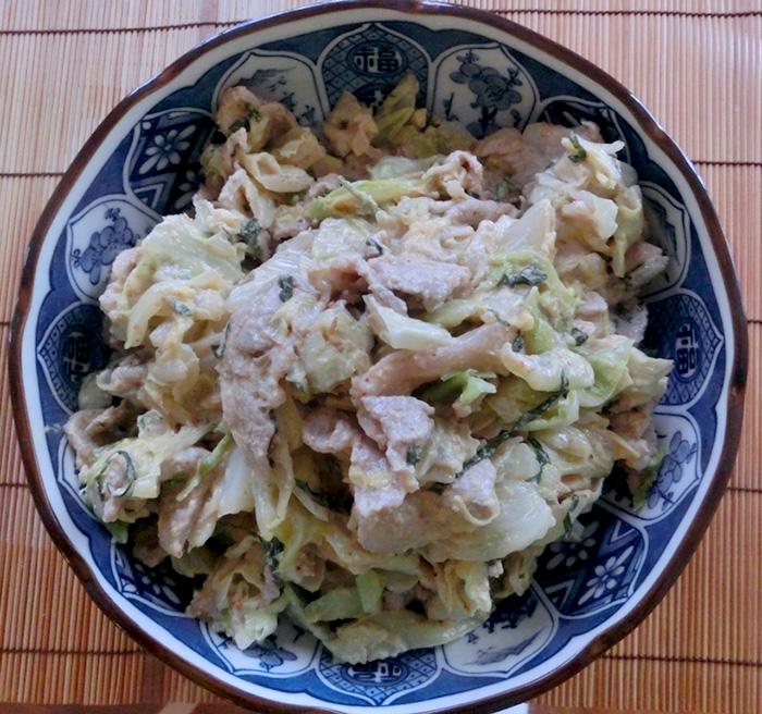 「キャベツと豚肉の胡麻味噌和え」も食べごたえあり。家に紫蘇の葉がいっぱいあったので、ちょっと足してみました。ウマイ☆