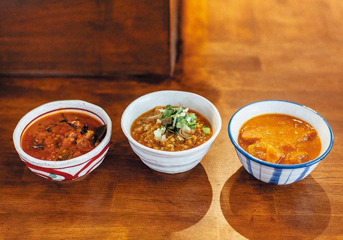 左から「ひじきと干し椎茸のトマトカレー」、「鶏ひき肉とナンコツのキーマカレー」、「根菜のカレー」。ランチではカレー2種盛りのセット¥1,100~(カレーは週替わり、サラダ、雑穀ライス、つけあわせつき)のみ。