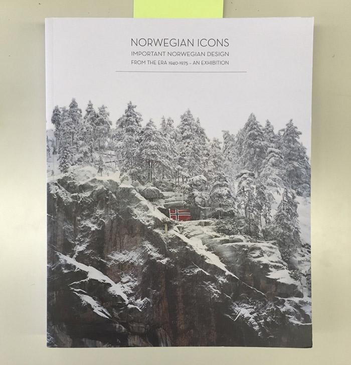 ノルウェーのミッドセンチュリー家具を多く取り扱う〈Norwegian Icons〉の2013年に行われた展示用カタログ。商品紹介の合間に挿入されたノルウェーの景観写真が美しい。取材中、もの欲しそうな顔をしていたのがバレたのか、『よかったら、さしあげますよ』と。大切にします!