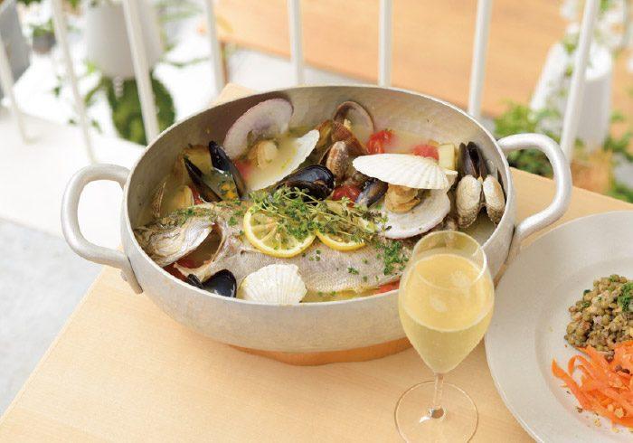 いまの魚のアクアパッツァ3400円と野菜の前菜盛り合わせ780円。スパークリングワイン(グラス)580円。