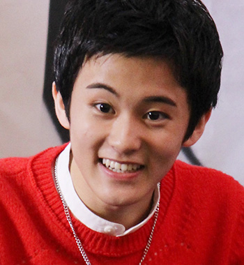 カナダ育ちのバイリンガルで、ラップメーキングもこなすマーク(16)。小動物のような愛くるしい笑顔でファンを迎えていた。