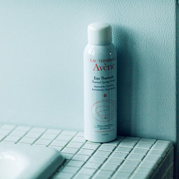 皮膚バランスを整える温泉水100%スプレーの「アベンヌ ウオーター」は、環境にやさしく安全性の高い窒素ガス使用のエアゾールタイプ。150g ¥1,500、ほかに全身に惜しみなく使える300g ¥2,200、携帯に便利な50g ¥700*すべて編集部調べ(ピエール ファーブル ジャポンお客様窓口☎0120-171-760)