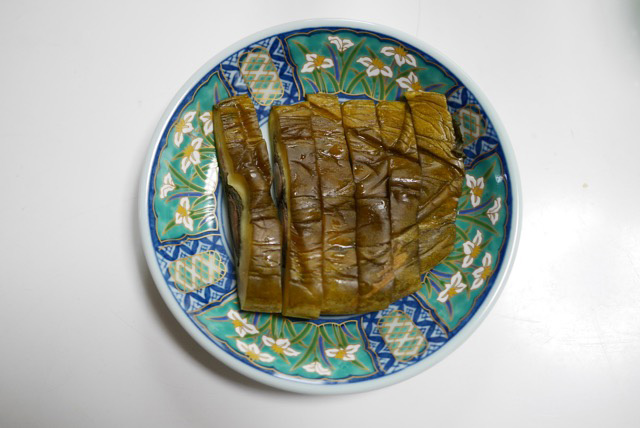 山口さんの作り置きメニュー。同居しているお母さんが好きな焼きなすは1度に15本ほど焼いて、冷蔵庫で保存。瓜の印籠漬け(タネをくりぬいた瓜に大葉とみょうがを詰めたもの)は瓜5本分を漬け物に。
