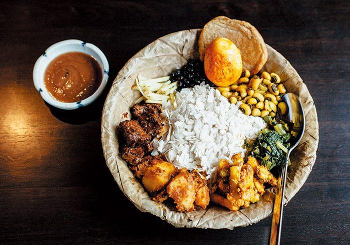 サマエボウジセット¥1,200はネワール族の伝統食。干し飯、スパイシーラム、ジャガイモのドライカレー、大豆、スライス生姜、ホウレンソウ、茹で卵、漬物など。これを混ぜて食べる。