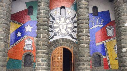 〈プラトー・ダッシーの教会〉。フェルナン・レジェのモザイク画が。