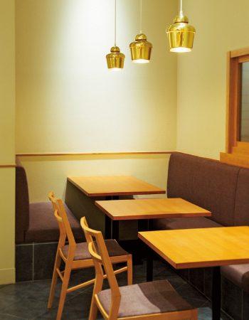 テーブル席のほか、一人で利用できるカウンター席もある。