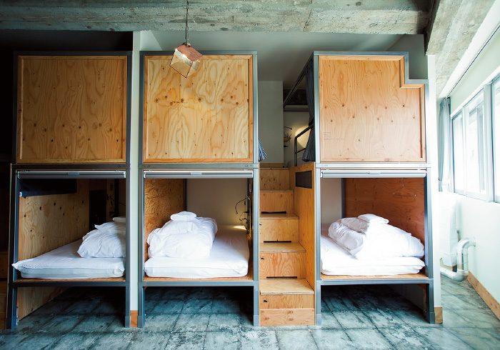 ドミトリーの一例。ベッドサイドにUSBジャックなどが。